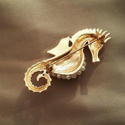 """Брошь """"Морской конек"""" цвет бежевый белый в золоте, арт.5095/2"""