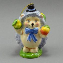 "Фигурка - елочная игрушка ""Еж жонглирует яблоками"" майолика, арт. 3951"
